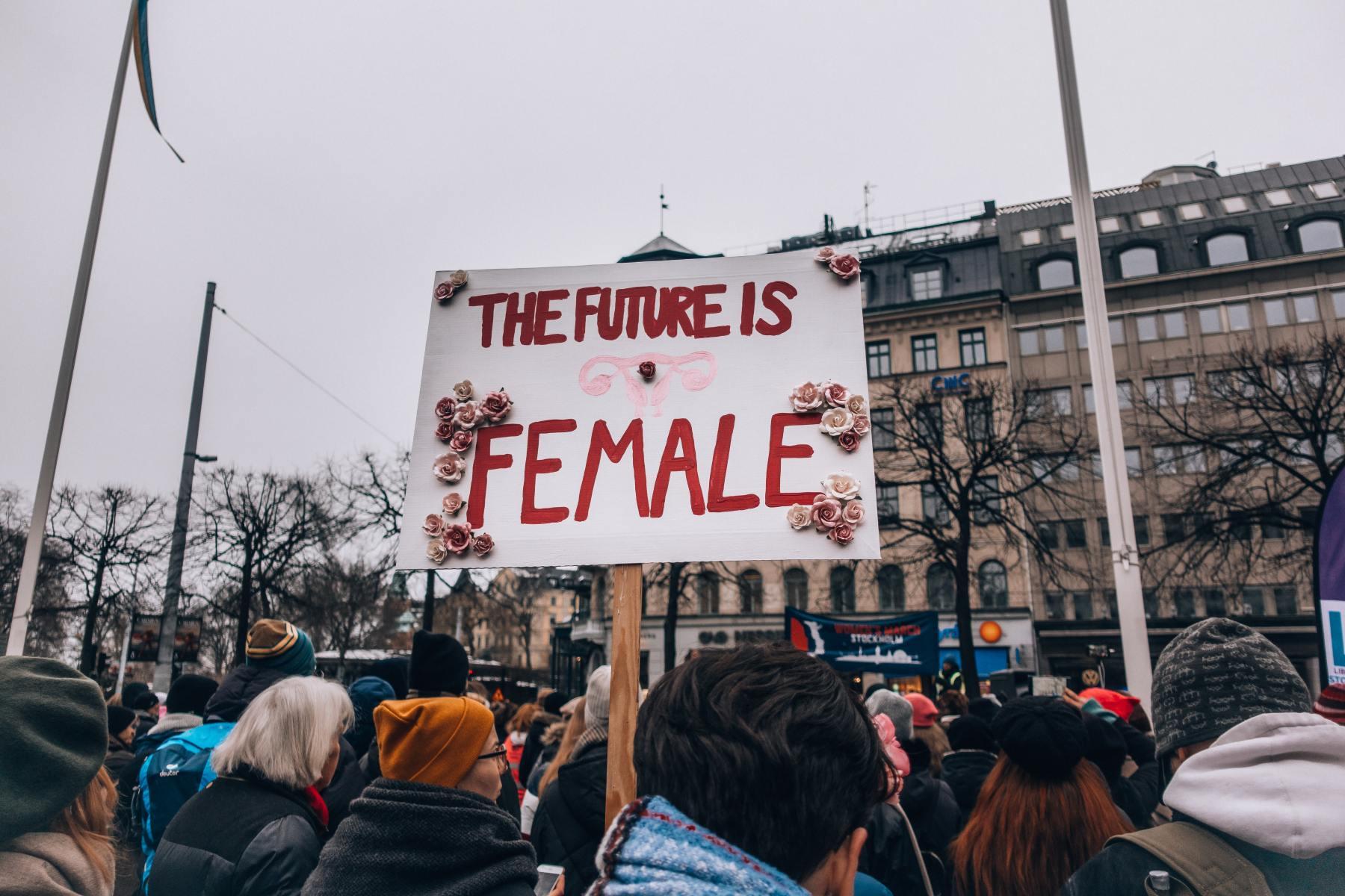 """Pancarte """"The future is female"""" lors d'une manisfestion écoféministe contre les inégalités de genre."""
