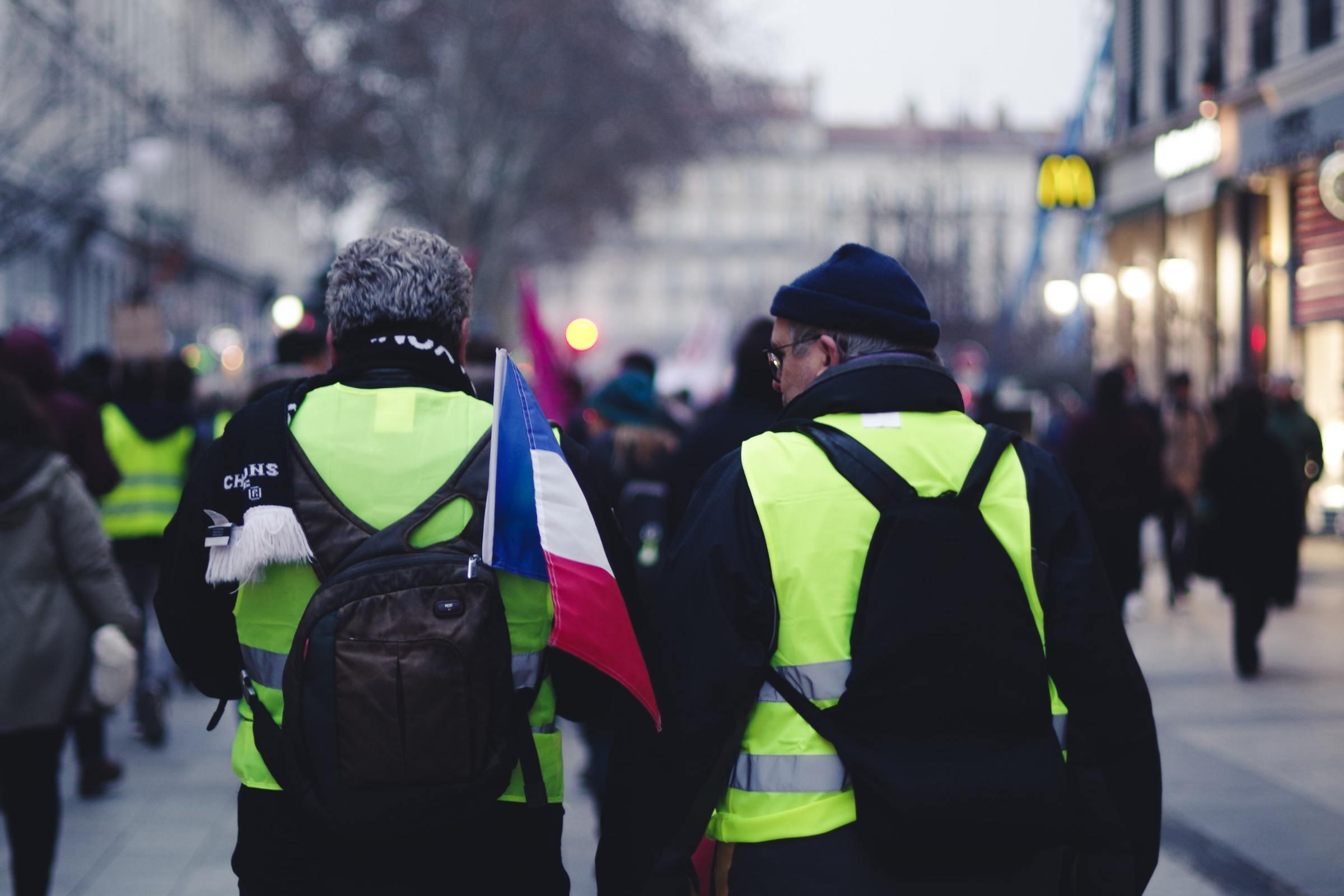 Deux gilets jaunes lors des manifestations en France pour réclamer des mesures sur la justice sociale et la transition écologique.